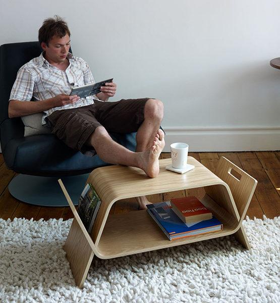 Embrace - Om kranten, tijdschriften, boeken of de afstandbediening in op te bergen & een voetenbankje.