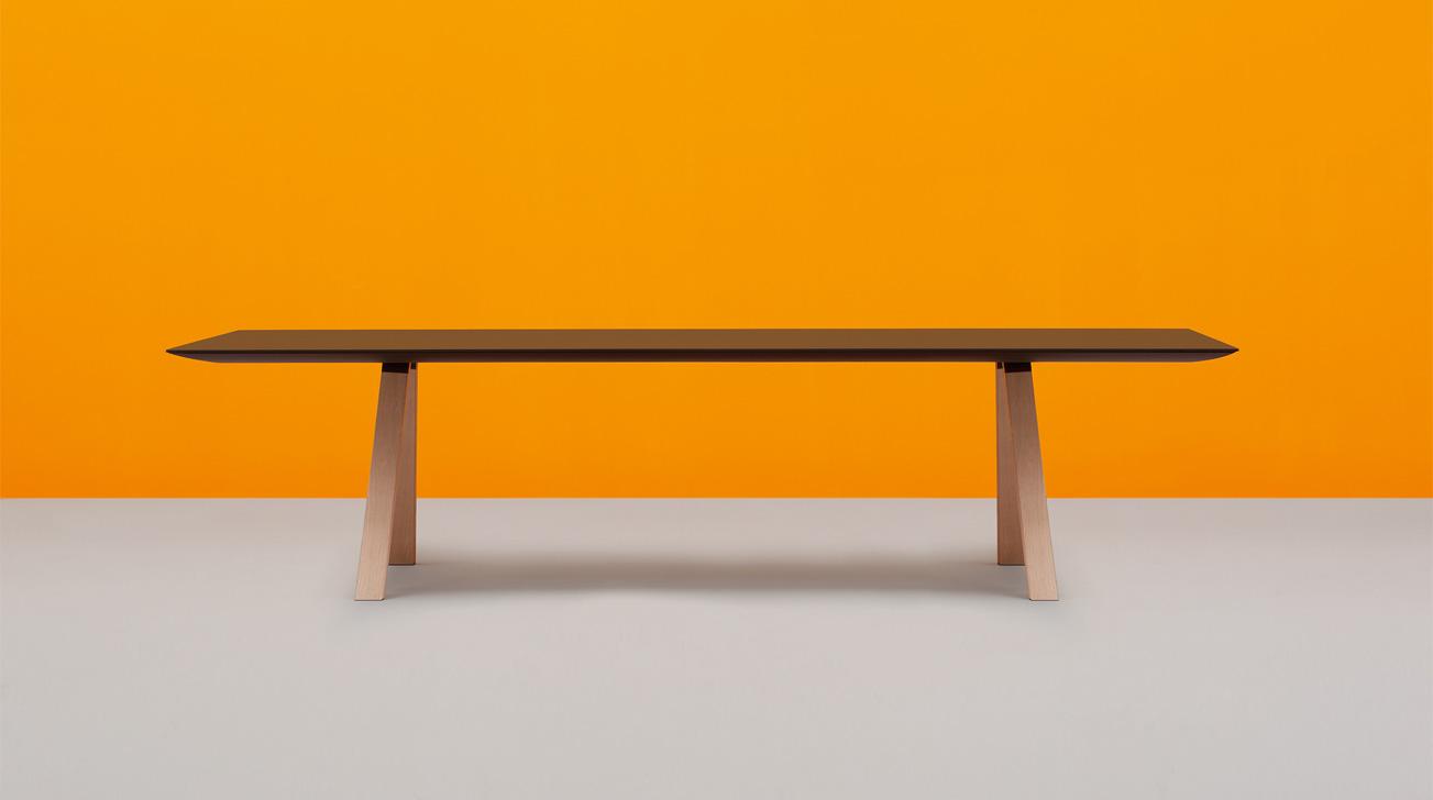 Design tafel Arki zwart blad houten poten