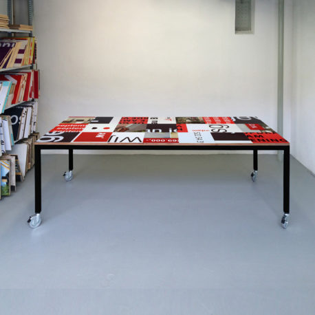 Bouwbord design tafel zwart rood. zwart frame