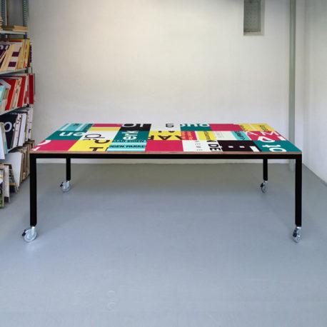 Bouwborden design tafel roze petrol, zwart frame