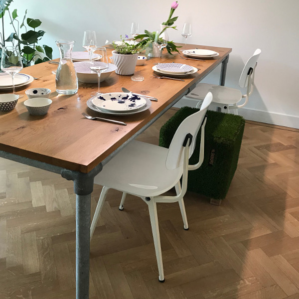 Steigerbuis tafel met rustiek eiken blad.