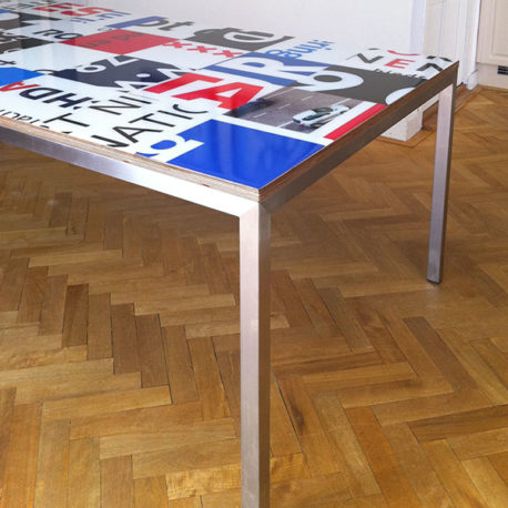 Bouwborden design tafel blauw rood, rvs onderstel