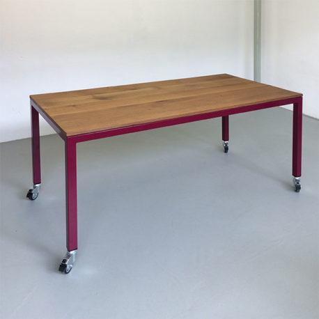 Massief gerookt eiken tafelblad met paars frame. 150 x 75 cm